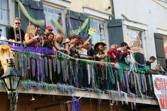 Les gens célébrés fou dans le défilé de mardi gras. Images libres de droits