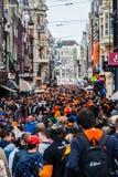 Les gens célébrant chez Koninginnedag 2013 Photo libre de droits