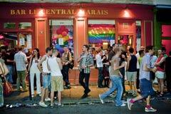 Les gens célébrant dans les bars homosexuels, Paris Photographie stock