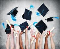 Les gens célébrant l'obtention du diplôme Photographie stock libre de droits