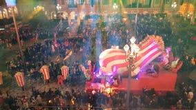 Les gens célébrant le carnaval dans la place de Massena, Nice, France clips vidéos