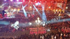 Les gens célébrant le carnaval dans la place de Massena, Nice, France banque de vidéos