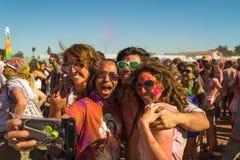 Les gens célébrant le festival de Holi de couleurs. Photographie stock libre de droits