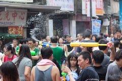 Les gens célébrant Songkran Image libre de droits