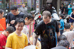 Les gens célébrant Songkran Photo stock