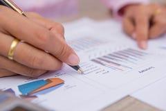 Les gens calculent au sujet du coût à la maison, tâche de directeurs de finances Photographie stock libre de droits