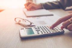 Les gens calculent au sujet du coût à la maison, tâche de directeurs de finances Images stock