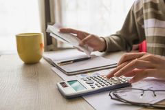 Les gens calculent au sujet du coût à la maison, tâche de directeurs de finances Photo libre de droits