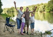 Les gens campant et pêchant, active de famille en nature, poisson se sont propagés l'amorce, la rivière et la forêt, saison d'été Images libres de droits