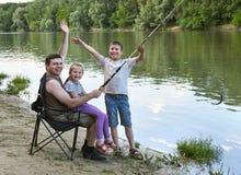 Les gens campant et pêchant, active de famille en nature, poisson se sont propagés l'amorce, la rivière et la forêt, saison d'été Image libre de droits
