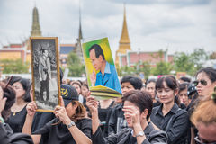 Les gens chantant l'hymne et tiennent le portrait du roi thaïlandais Photo libre de droits