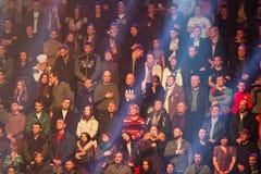 Les gens chantent l'hymne national avant qu'enfermant dans une boîte le combat Photo stock