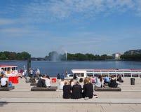 Les gens chez Binnenalster (lac intérieur Alster) à Hambourg Photographie stock libre de droits