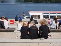 Les gens chez Binnenalster (lac intérieur Alster) à Hambourg Image libre de droits