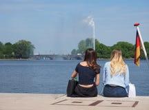 Les gens chez Binnenalster (lac intérieur Alster) à Hambourg Images libres de droits