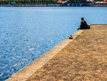 Les gens chez Binnenalster (lac intérieur Alster) dans le hdr de Hambourg Images stock