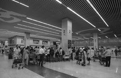 Les gens chez le Deparure Hall dans l'aéroport de Kolkata Photo stock