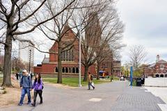 Les gens chez Memorial Hall à l'Université d'Harvard à Cambridge mA photographie stock libre de droits