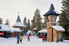 Les gens chez Santa Claus Main Post Office en Laponie Scandinavie photos libres de droits