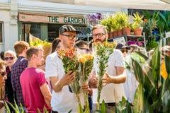 Les gens choisissant des fleurs Photographie stock libre de droits