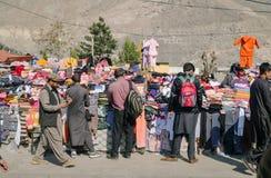 Les gens choisissant des marchandises à l'les vêtements locaux calent image libre de droits