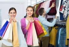 Les gens choisissant des vêtements d'automne Photographie stock