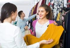 Les gens choisissant des vêtements d'automne Photo libre de droits
