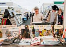 Les gens choisissent l'art et les livres de photo au marché de livre Photographie stock libre de droits