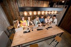 Les gens collaborant avec des ordinateurs portables Photo stock