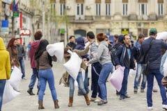 Les gens combattant avec des oreillers Images stock