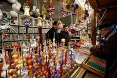 Les gens commercent des décorations de Noël Image libre de droits