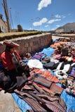 Les gens commercent les souvenirs traditionnels dans Chinchero, Pérou Image stock