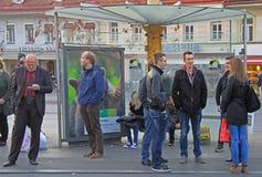 Les gens communiquent sur la rue à Graz Images stock