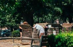 Les gens compostant dans les femmes supérieures de milieu urbain compostant Photographie stock