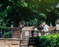 Les gens compostant dans les femmes supérieures de milieu urbain compostant Images libres de droits