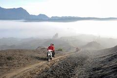 Les gens conduisant des motos sur le Mt Parc national de Bromo, Indonésie Image libre de droits