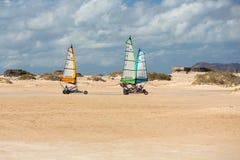 Les gens conduisant le sable faisant de la navigation de plaisance sur la plage Ils apprennent et ont l'amusement images stock