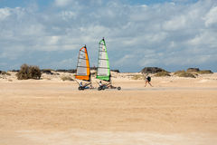 Les gens conduisant le sable faisant de la navigation de plaisance sur la plage Ils apprennent et ont l'amusement Corralejo, Fuer Photographie stock