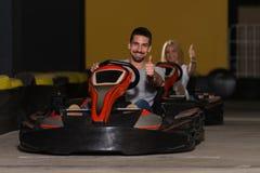 Les gens conduisent le kart avec la vitesse dans Karting Photos stock