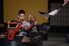 Les gens conduisent le kart avec la vitesse dans Karting image libre de droits