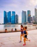 Les gens courant à la promenade Singapour Images stock