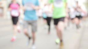 Les gens courant au demi événement de marathon clips vidéos