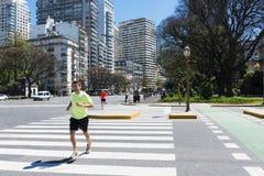Les gens courant dans une rue dans la ville de Buenos Aires, en Argentine Photographie stock
