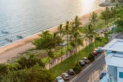 Les gens courant, pulsant et barbotant sur le brin, Townsville Photos stock