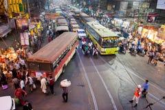 Les gens courent à travers la rue avec la route puissante du trafic Photos stock