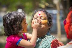 Les gens couverts dans la poudre colorée teignent célébrer le le festival de Dol Utsav dans Dhaka, Bangladesh Photos libres de droits