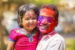 Les gens couverts dans la poudre colorée teignent célébrer le festival indou de Holi dans Dhakah au Bangladesh Photographie stock