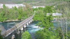 Les gens croisant la rivière et le chemin de fer sauvages de pont clips vidéos