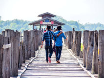 Les gens croisant le pont d'U-Bein, Mandalay, Myanmar 2 Images stock