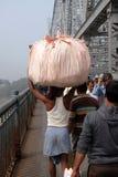 Les gens croisant le pont de Howrah dans Kolkata Image stock